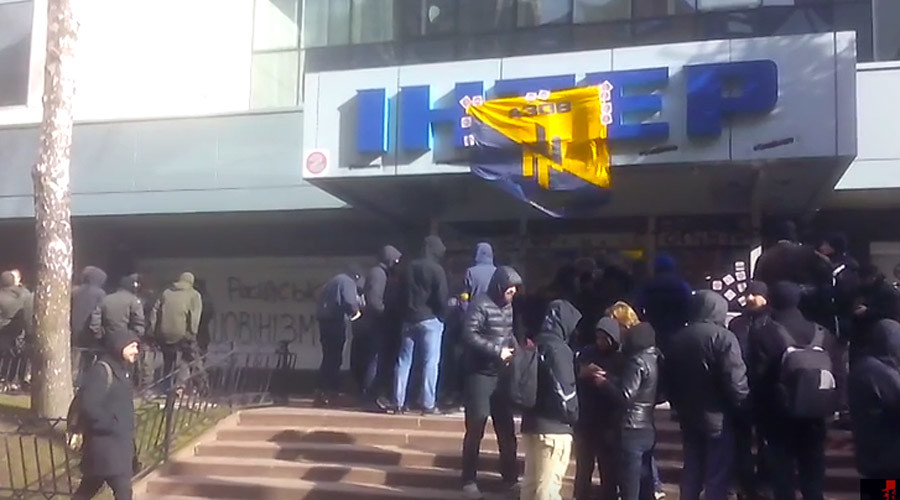 Ukrainian Inter TV building blocked by members of paramilitary Azov Battalion in Kiev (VIDEO)