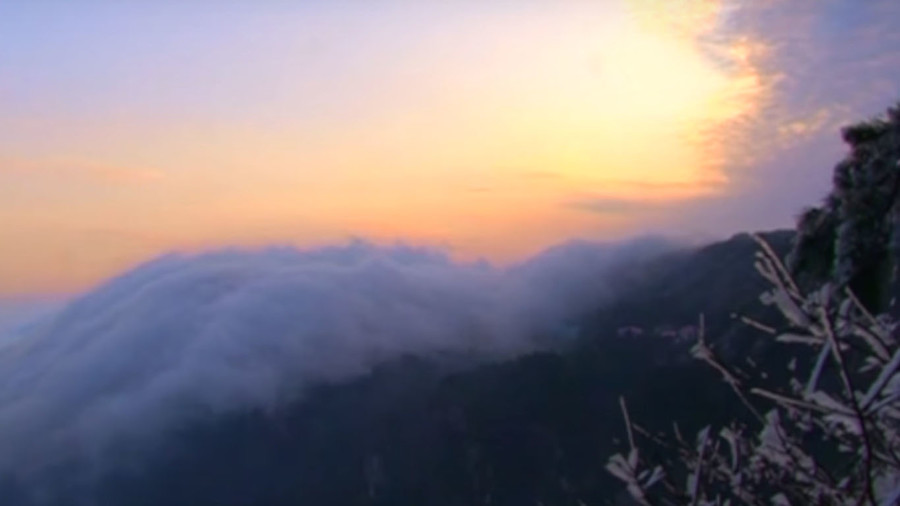 Sea of clouds: Spectacular footage shows clouds cascading gently over China's Mount Lu (VIDEO)