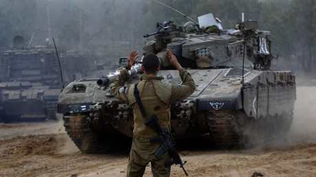 An Israeli soldier guides a tank at an Israeli Defnce Forces (IDF) © Yannis Behrakis / Reuters