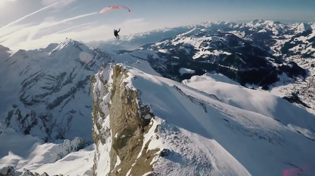 'Moonlighting' daredevil skis & flies across glacier in night-time stunt  (VIDEO)