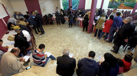 Iranians fill in their ballots during elections for the parliament and Assembly of Experts, which has the power to appoint and dismiss the supreme leader, in Tehran February 26, 2016. © Raheb Homavandi