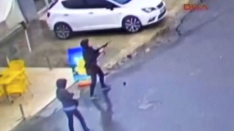 Exact moment 2 women launch attack on Istanbul police bus with guns & grenades (DRAMATIC VIDEO)
