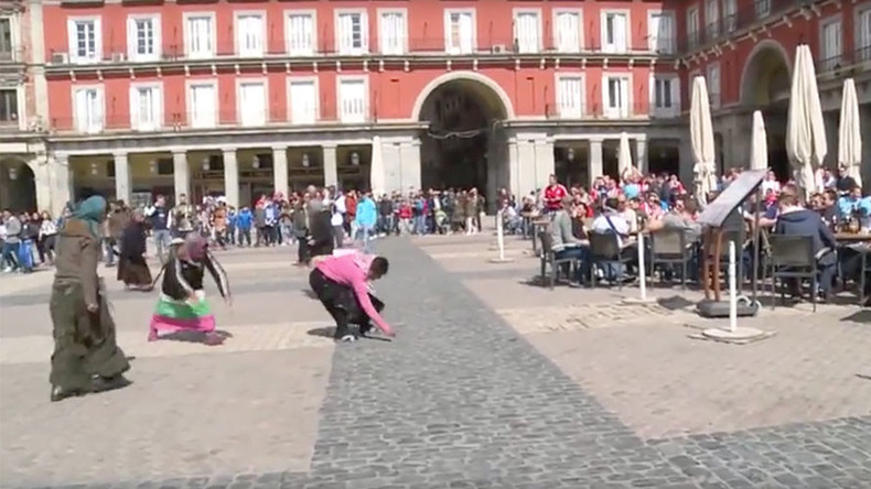 Dutch disgrace: Soccer fans throw coins at female Roma (VIDEO)