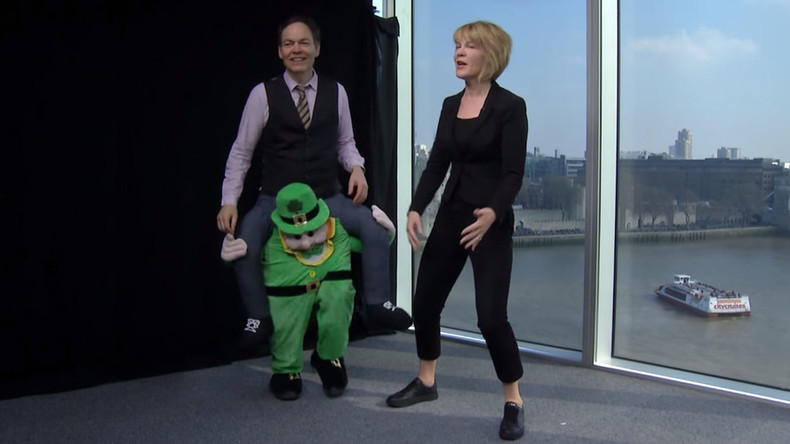 'Leprechaun' Max Keiser trolls 'gold-stealing' Irish banker (VIDEO)