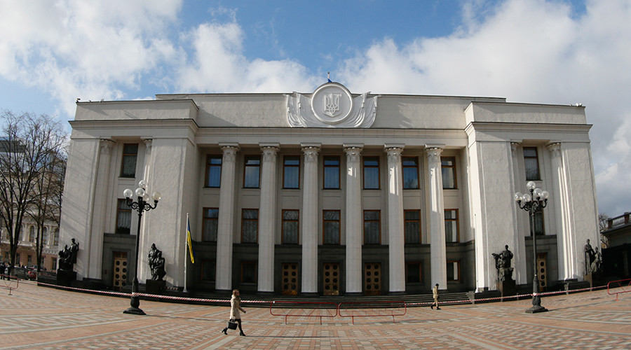 Ukraine bans its officials from criticizing authorities