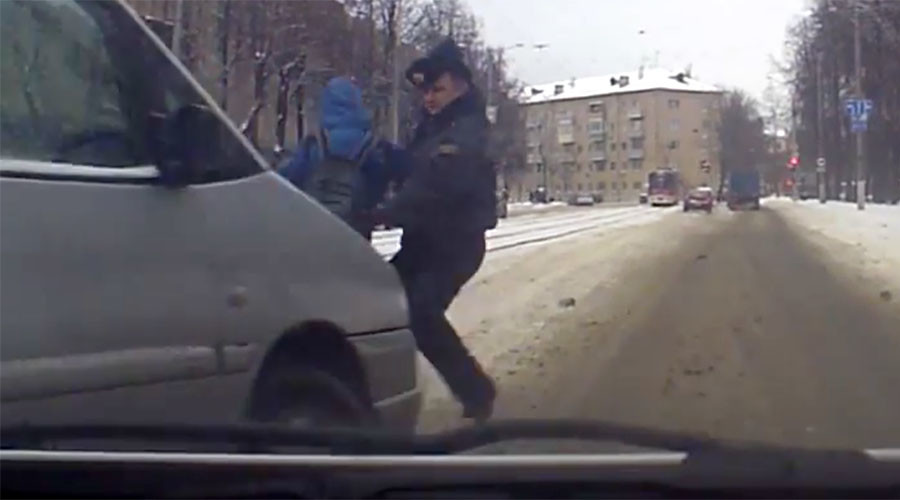 Police officer shields child with his body in car accident (VIDEO)