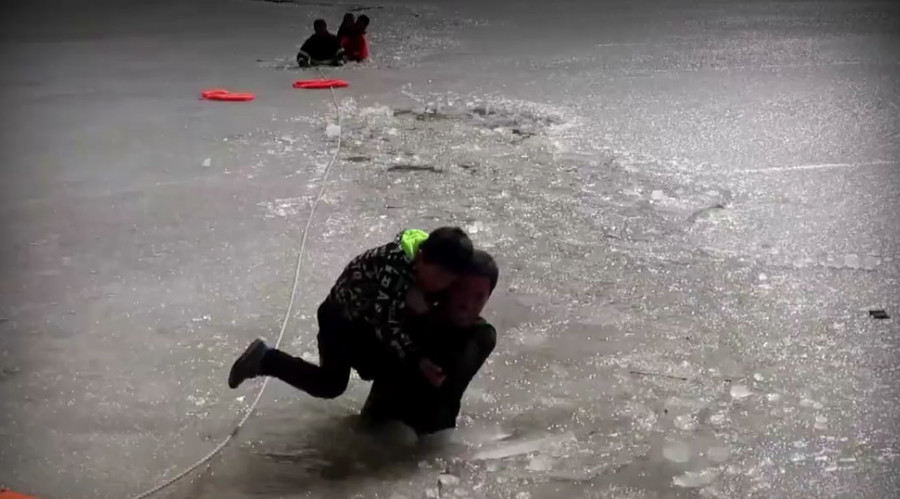 Chinese firefighters rescue 2 young boys stuck in icy river (VIDEO)