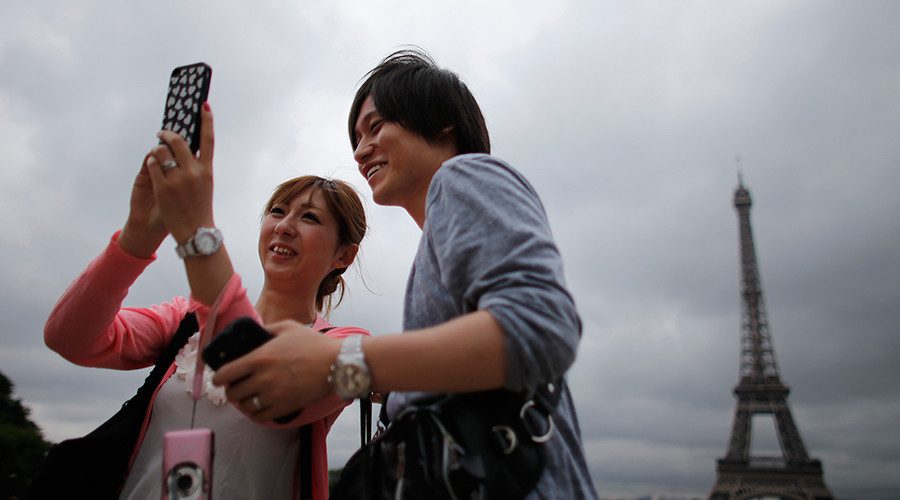 Sakura in the City of Light: Japanese tour guides to clean up Paris