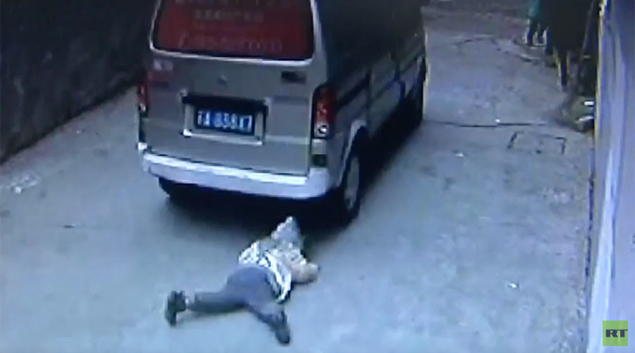 Child run over by van… and walks away (ASTONISHING VIDEO)