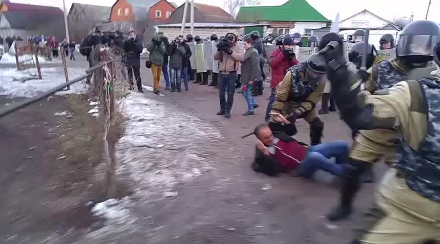 500 riot police vs Roma: Broken gas pipe results in tense standoff in central Russia (PHOTOS, VIDEO)
