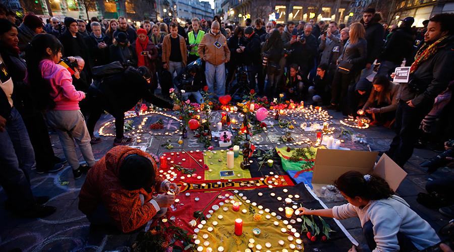 360 video: Dozens of people pay tribute to victims of Brussels attacks