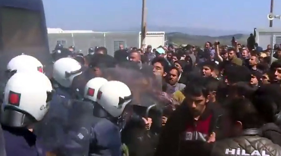 Clashes erupt between refugees, riot police at Greece's Idomeni camp (VIDEO)