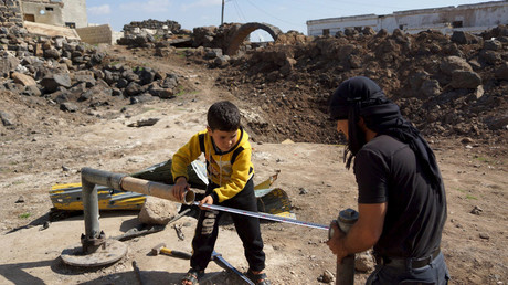 Civilians fix damaged water pipes in the rebel held al-Ghariyah al-Gharbiyah town, in Deraa province, Syria February 28, 2016. © Alaa Al-Faqir