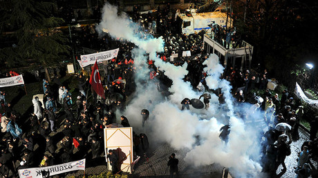 Turkish police raid opposition Zaman daily HQ, unleash tear gas & water cannon on protesters