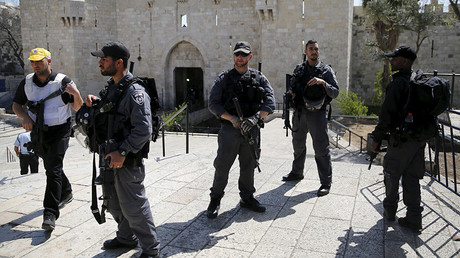 Israeli policemen stand guard outside Damascus Gate in Jerusalem's Old City, near the scene where, according to a police spokesperson, a Palestinian woman tried to stab Israeli border policemen, March 8, 2016. © Ronen Zvulun