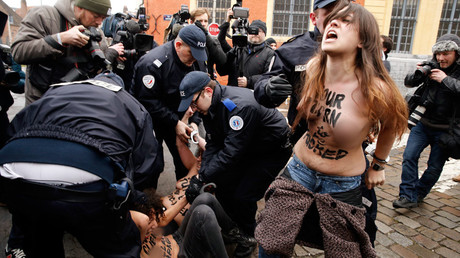 FEMEN vs Zeman: Czech President's bodyguards wrestle topless activist at polling station (VIDEO)