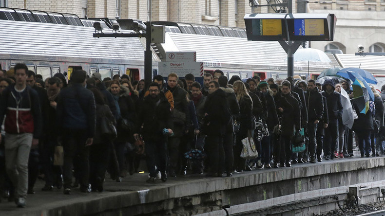 'Trained to shoot': 3k armed marshals in civilian clothing to patrol French trains