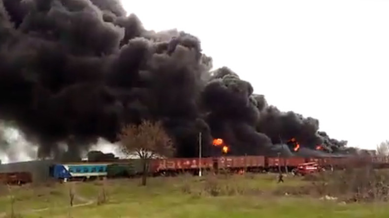 Pillars of smoke, massive blaze as oil tank 'explodes' in Lugansk, Ukraine (VIDEO)