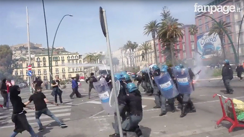 Italian police fire tear gas at demonstrators protesting PM's arrival in Naples (VIDEOS, PHOTOS)