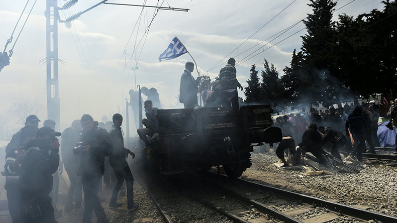 Refugees use train carriage to smash police barricade on Greece-Macedonia border (VIDEO)