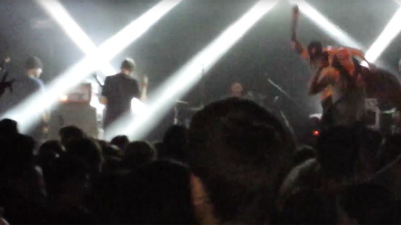 'Cowardly act': US punk band frontman boots girl off stage during selfie (VIDEO)