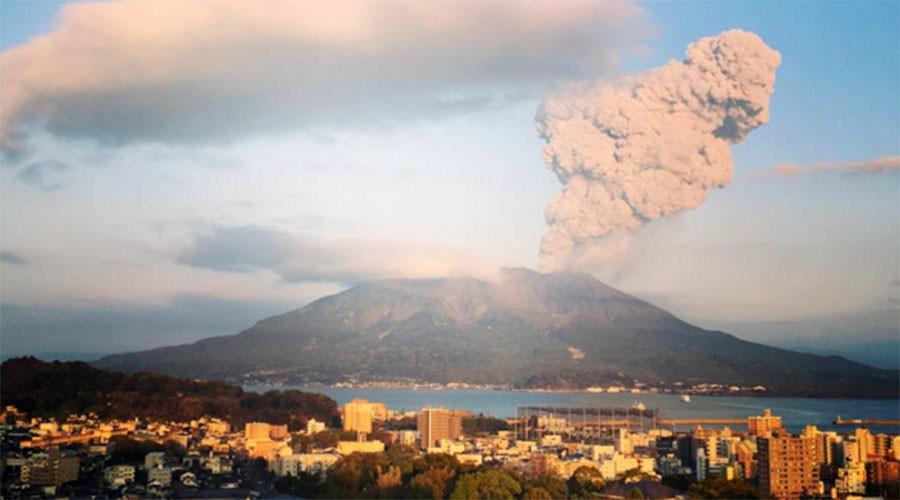 Big ash cloud hits 15,000ft after Sakurajima volcano eruption (PHOTOS)