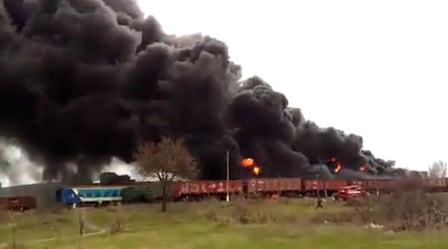 Pillars of smoke, massive blaze as oil tank 'explodes' in Lugansk, Ukraine (VIDEO)