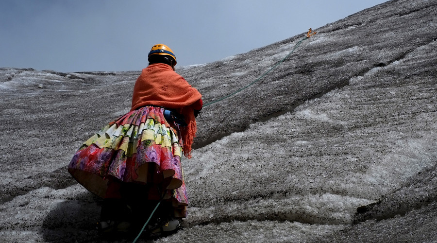 Daredevil Bolivian women scale mountaintops in traditional dress (PHOTOS, VIDEO)