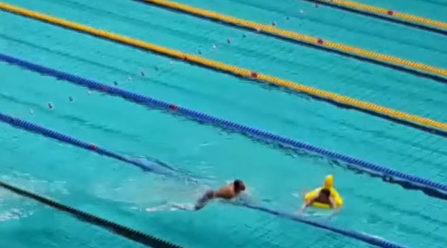 Rubber duck 'streaker' gate-splashes Olympic swim trials in Russia (VIDEO)