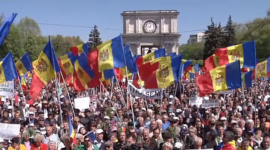 Protesters battle police in Moldova as thousands demand snap elections and govt's resignation