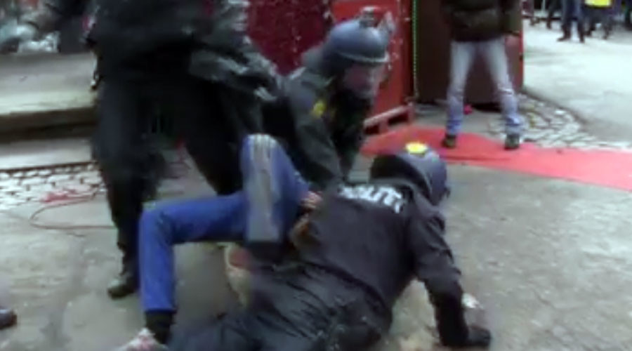 'Police hit everyone': Danish officers use batons on citizens, violently detain man (VIDEOS)