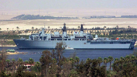 The Albion Class assault Ship HMS Bulwark of the British Royal Navy advances in the northbound lane of the Suez Canal, close to the Egyptian town of Ismailia. © AFP