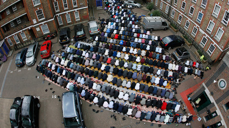 Muslims attend Friday prayers at mosque in east London © Stefan Wermuth