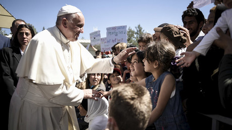 Pope Francis greets migrants and refugees at Moria refugee camp near the port of Mytilene, on the Greek island of Lesbos in this handout photo released by the Greek Prime Minister's press office, April 16, 2016. © Andrea Bonetti