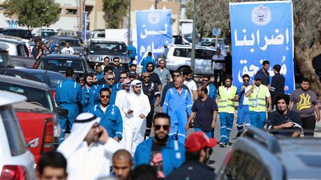 Kuwaiti oil workers arrive at the union headquarter in Al-Ahmadi, 35 km south of Kuwait city, on April 17, 2016, to protest alleged pay cuts and plans to privatise parts of the oil sector.© Yasser AL-Zayyat