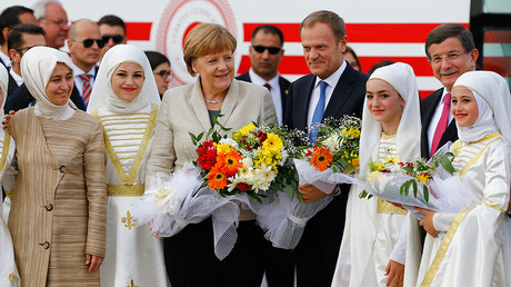 German Chancellor Angela Merkel (C), EU Council President Donald Tusk, Turkish Prime Minister Ahmet Davutoglu (R) and his wife Sare (L) pose during a welcoming ceremony at Nizip refugee camp near Gaziantep, Turkey, April 23, 2016 © Umit Bektas