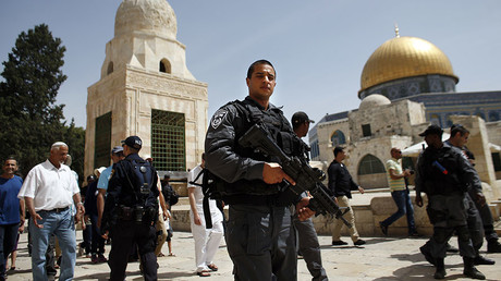 Israeli police accompany Jews past the Dome of the Rock mosque during a visit to the Al-Aqsa mosque compound in the Old City of Jerusalem on April 25, 2016 during the Jewish Pesach (Passover) holiday. © Ahmad Gharabli