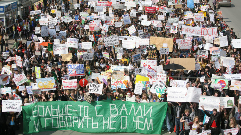 2,000 Siberian youths celebrate May 1 with absurdist apolitical rally (PHOTOS)