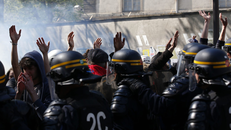 Protesters clash with riot police at May Day rally in Paris (VIDEO)