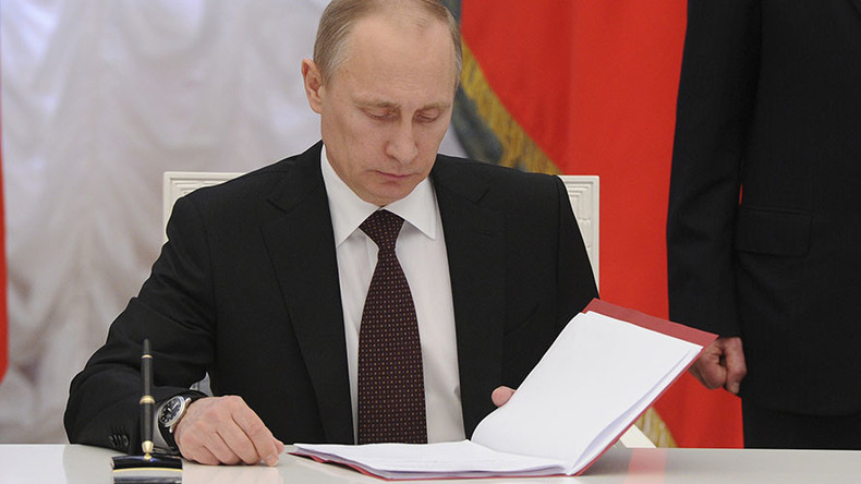 Putin signs bill to oust MPs for missing parliamentary sessions