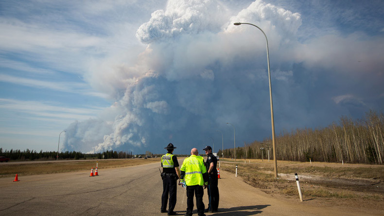 Mind-blowing plumes of smoke filmed in burning Alberta as more areas ordered to flee (PHOTOS, VIDEO)