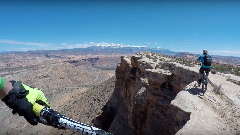 No margin for error: Cyclists dice with death on Utah canyon cliff edge (VIDEO)
