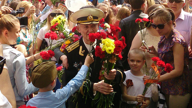 'Hug my Grandpa': Hundreds greet 90yo who missed V-Day parade in Kaliningrad, Russia