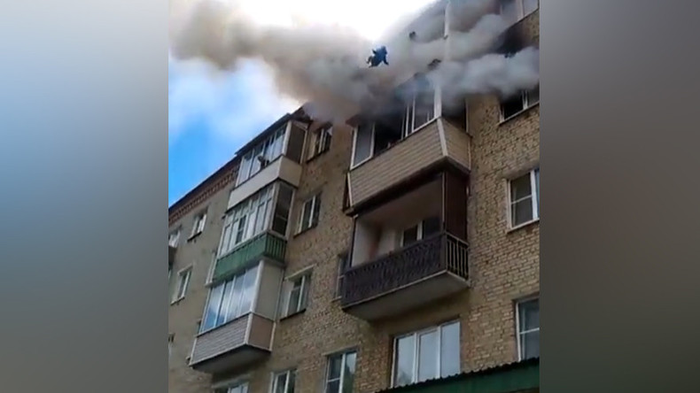 Family with children jumps from burning 5th floor in horrifying footage (VIDEO)