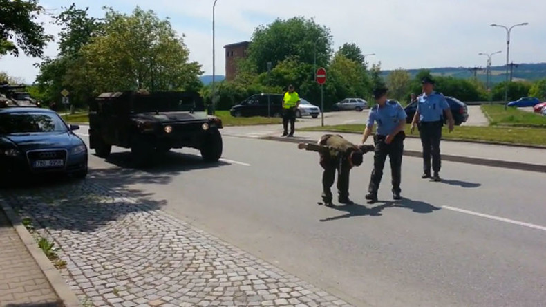 Czech veteran moons US convoy in anti-Nato protest (VIDEO)