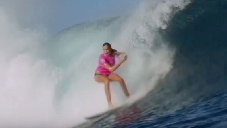 One-armed surfer stuns world's best at Fiji event (VIDEO)