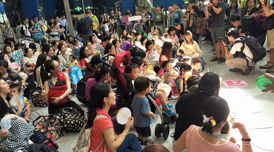 Breastfeeding flash mob takes over Hong Kong station to protest discrimination (VIDEO)