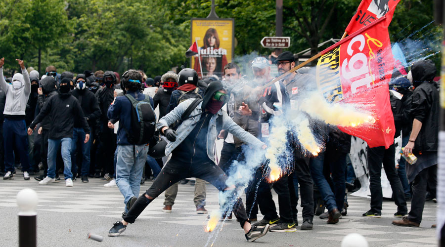 'Hollande desperate to pass French labor reforms by any means'