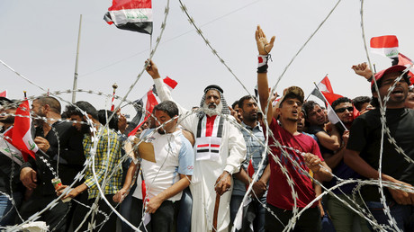 Followers of Iraq's powerful Shi'ite cleric Moqtada al-Sadr chant slogans during a protest demanding that parliament approves a long-delayed new cabinet and end political and sectarian wrangling in the streets outside Baghdad's heavily fortified Green Zone in Iraq April 26, 2016. © Ahmed Saad