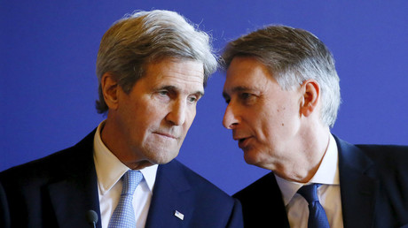 Britain's Foreign Secretary Philip Hammond (R) and U.S. Secretary of State John Kerry. © Gonzalo Fuentes